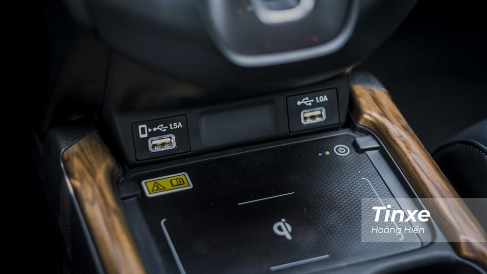 Honda CR-V 2020 được bổ sung sạc điện thoại không dây chuẩn Qi. Cốp điện với tính năng mở rảnh tay dễ dàng đóng mở.
