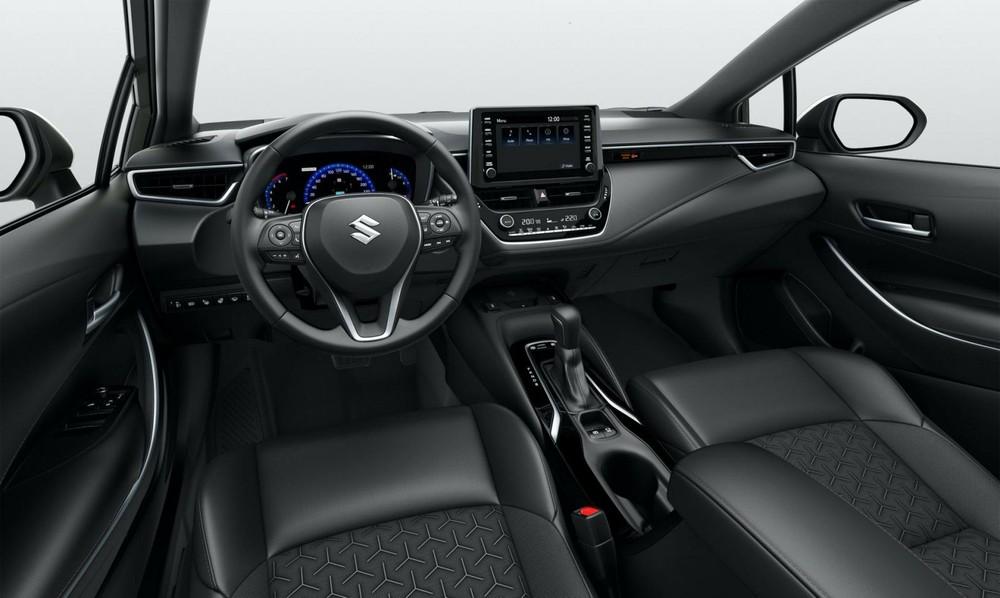 Nội thất của Suzuki Swace 2021 giống hệt Toyota Corolla Touring Sports, trừ logo trên vô lăng