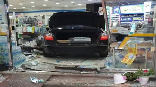Chiếc ô tô Genesis do người phụ nữ cầm lái lao vào cửa hàng tiện ích