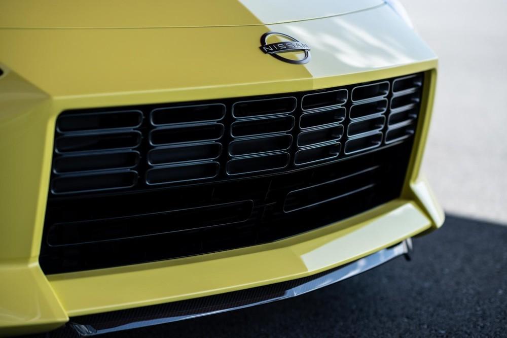 Lưới tản nhiệt hình chữ nhật đơn giản của Nissan Z Proto