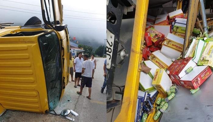 Hàng hoá trên xe tải đổ ra đường