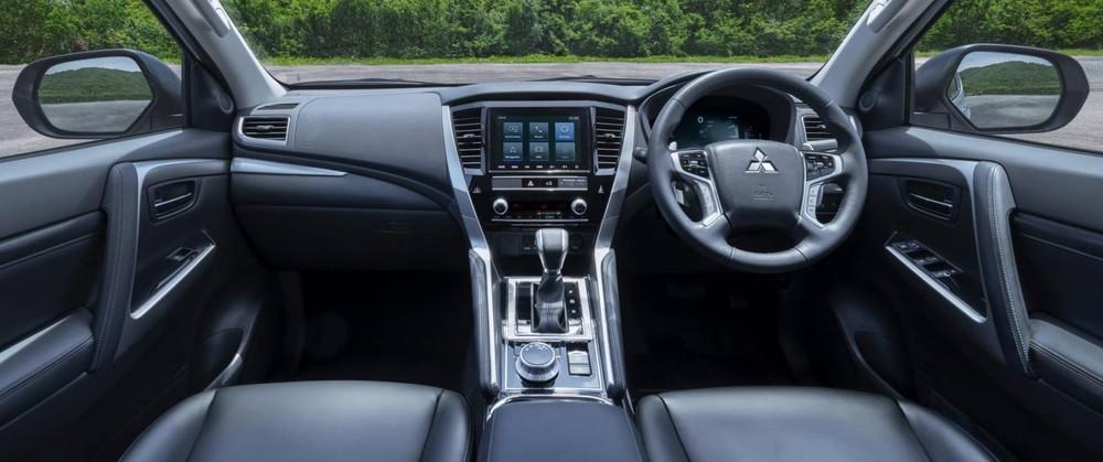 Tổng thể nội thất của Mitsubishi Pajero Sport 2020 vẫn giữ nguyên chỉ thay đổi nhẹ, chỉ bổ sung tiện nghi và làm lại cụm điều chỉnh điều hòa, đổi từ dạng nút bấm sang núm xoay