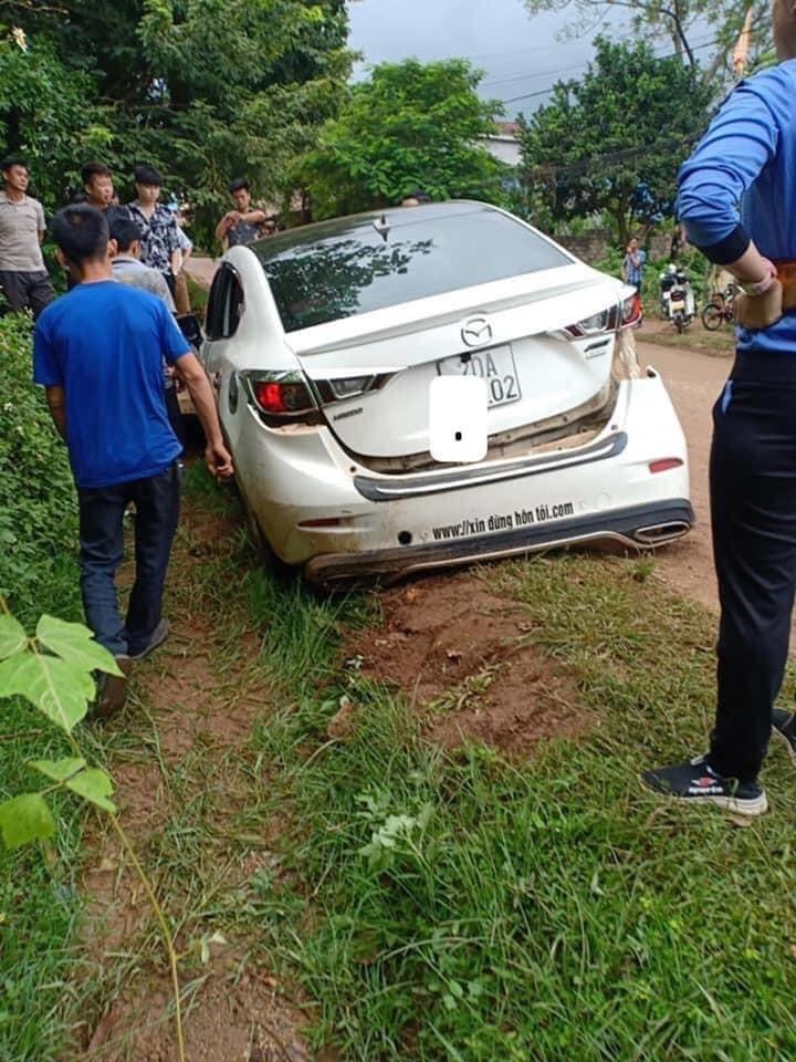 Chiếc ô tô Mazda bị hư hỏng cả đầu xe lẫn đuôi xe sau vụ tai nạn