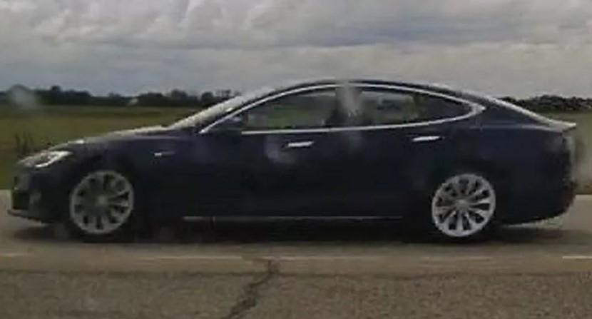 Chiếc Tesla Model S chạy ở vận tốc 150 km/h trong tình trạng không có ai cầm vô lăng
