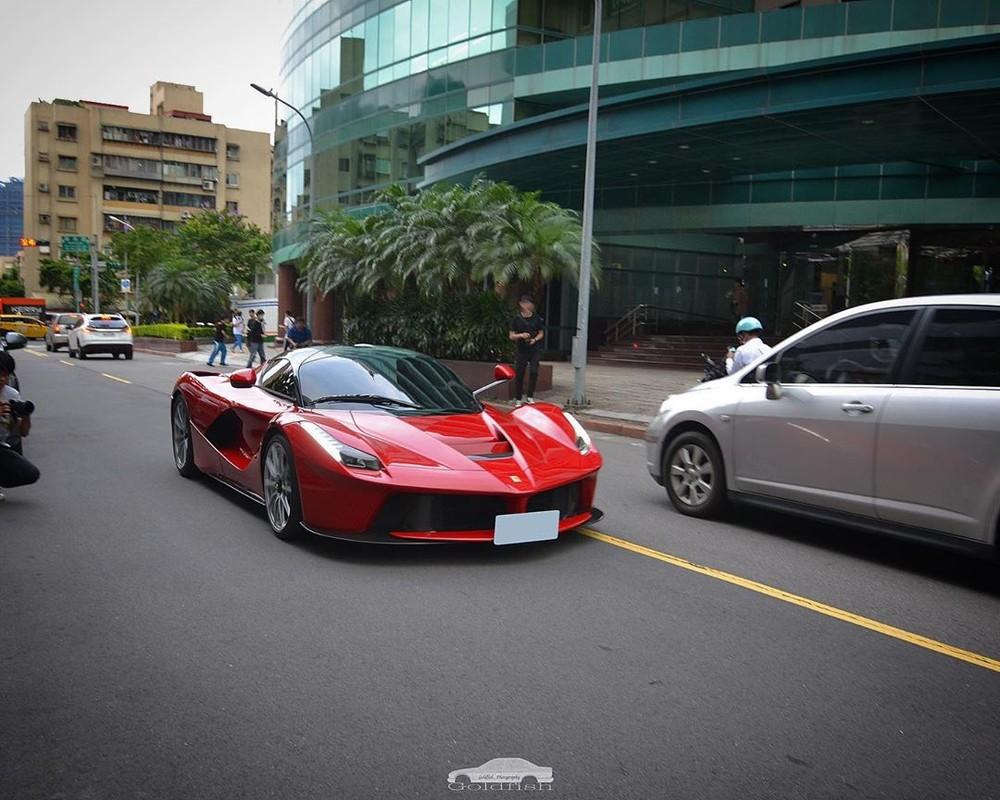 Siêu xe Ferrari LaFerrari cực hiếm và đáng thèm khát của nhà giàu Việt vi vu trên đường phố Đài Loan
