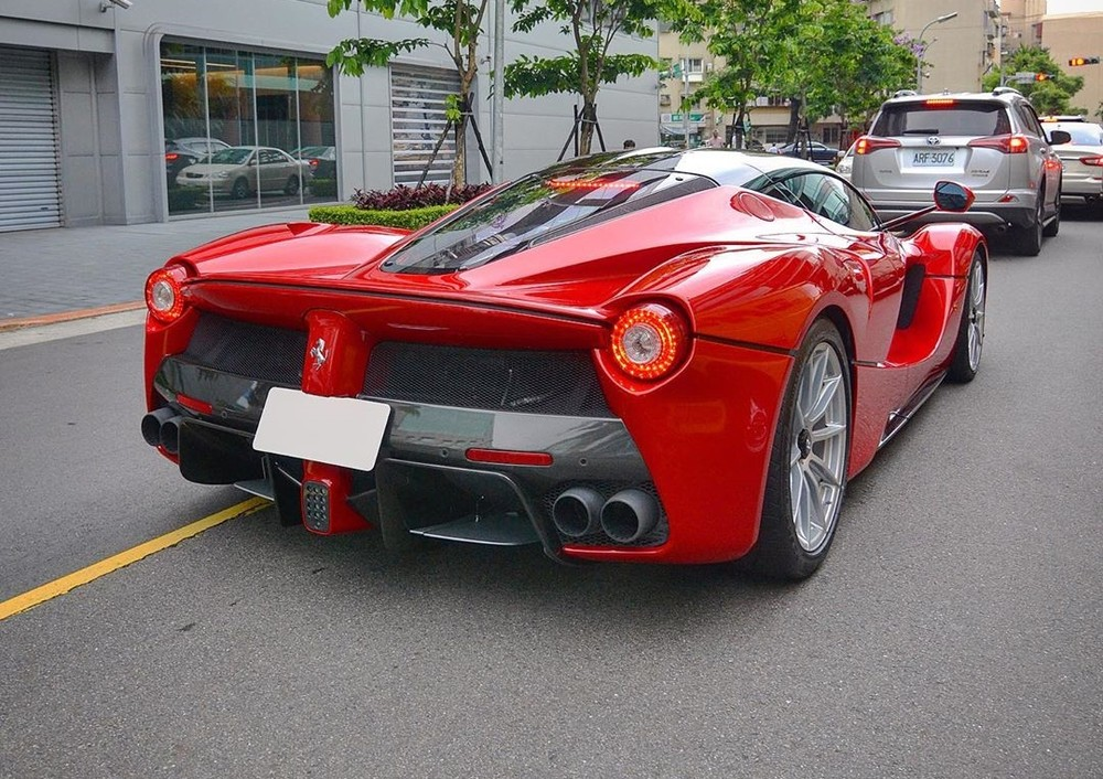 Màu đỏ vẫn là bộ áo đặc trưng của hãng Ferrari và khách hàng mua xe LaFerrari cũng ưa màu sắc này