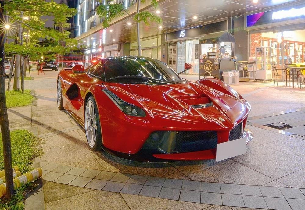 Siêu xe Ferrari LaFerrari trên phố đêm Đài Loan