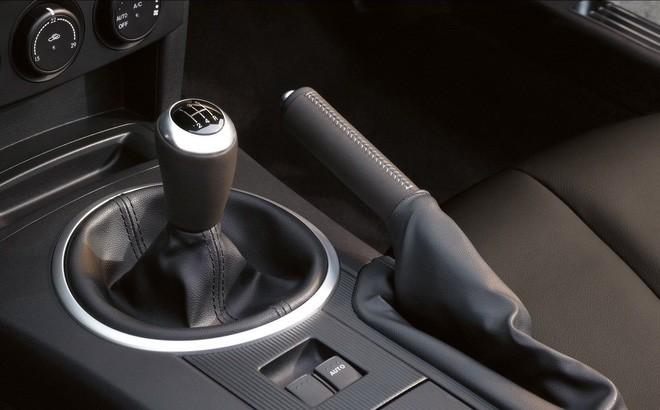Phanh tay ô tô gồm: Phanh tay điện tử và phanh tay cơ