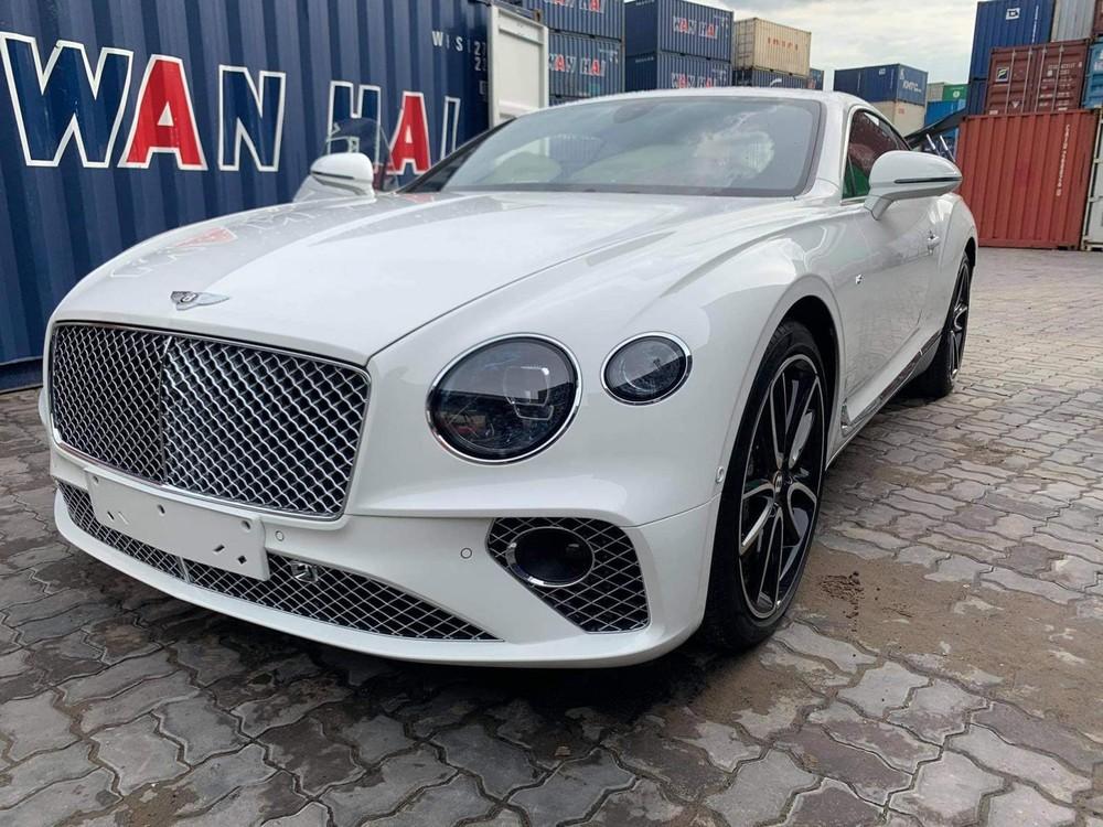 Chiếc Coupe siêu sang Bentley Continental GT V8 này có màu sơn trắng