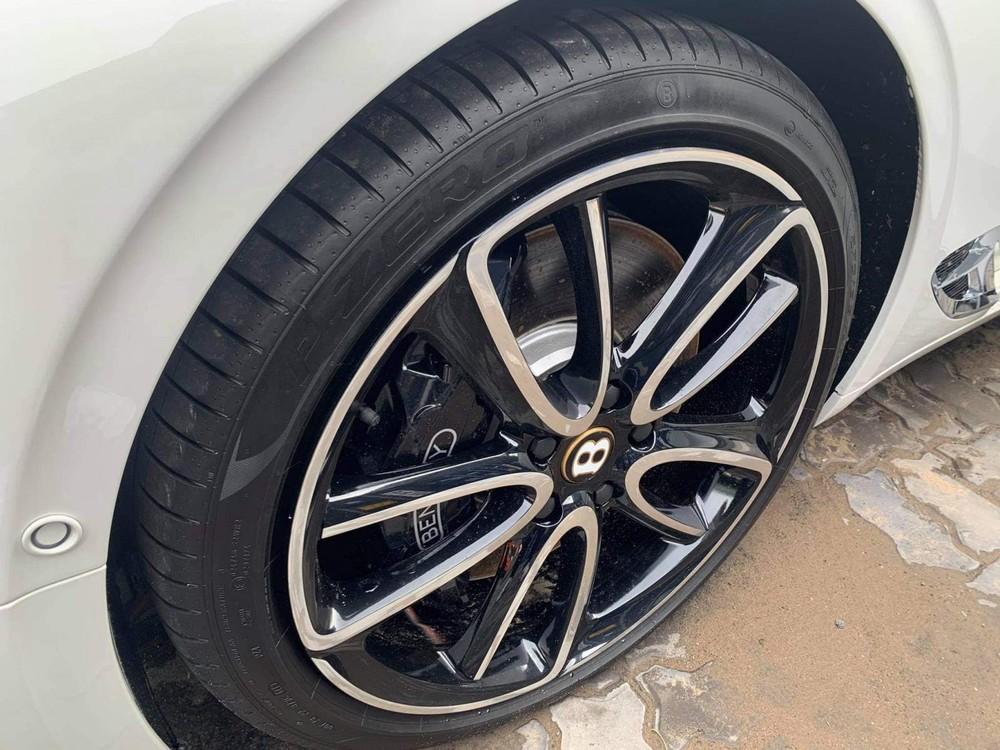 Xe sở hữu mâm 5 chấu kép sơn 2 tông màu tương phản là viền logo chữ B là màu vàng thể hiện xe thuộc phiên bản 100 năm kỷ niệm sinh nhật hãng Bentley vào năm ngoái