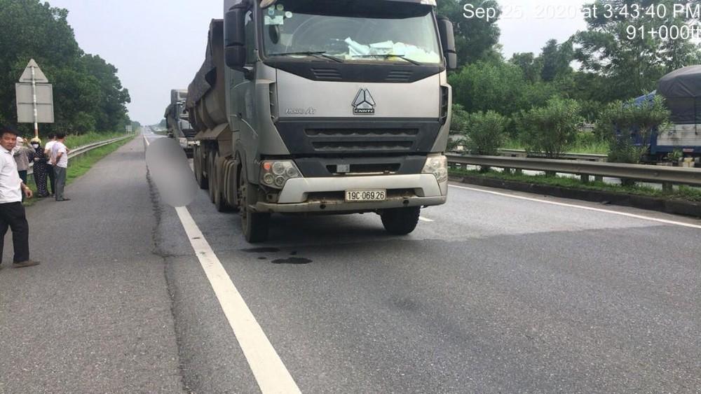 Chiếc xe đầu kéo tại hiện trường vụ tai nạn