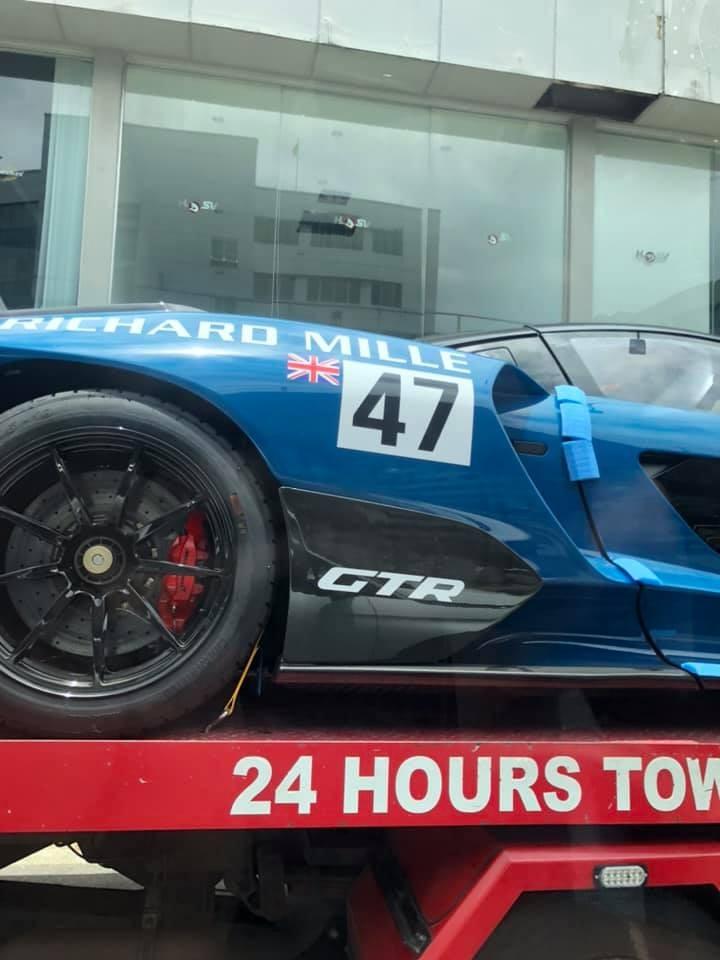 Xe có màu sơn xanh, tên các nhà tài trợ cùng con số