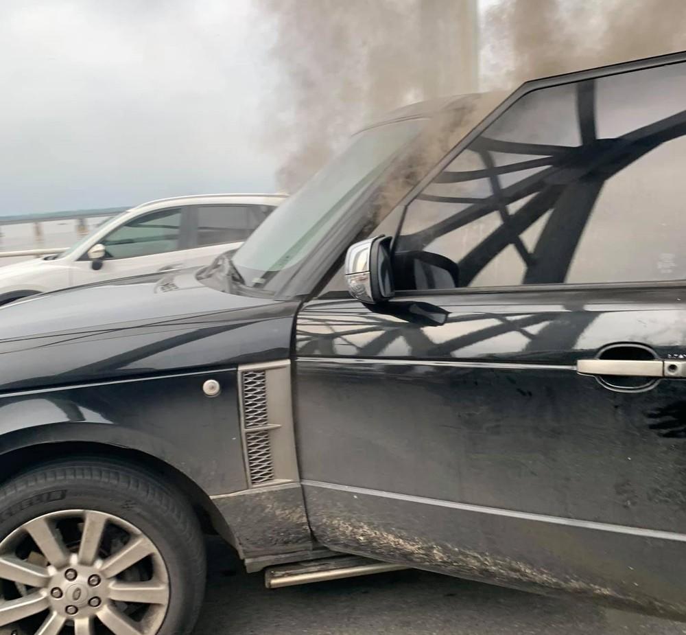Xe Range Rover lúc bốc khói mù mịt trong khoang lái