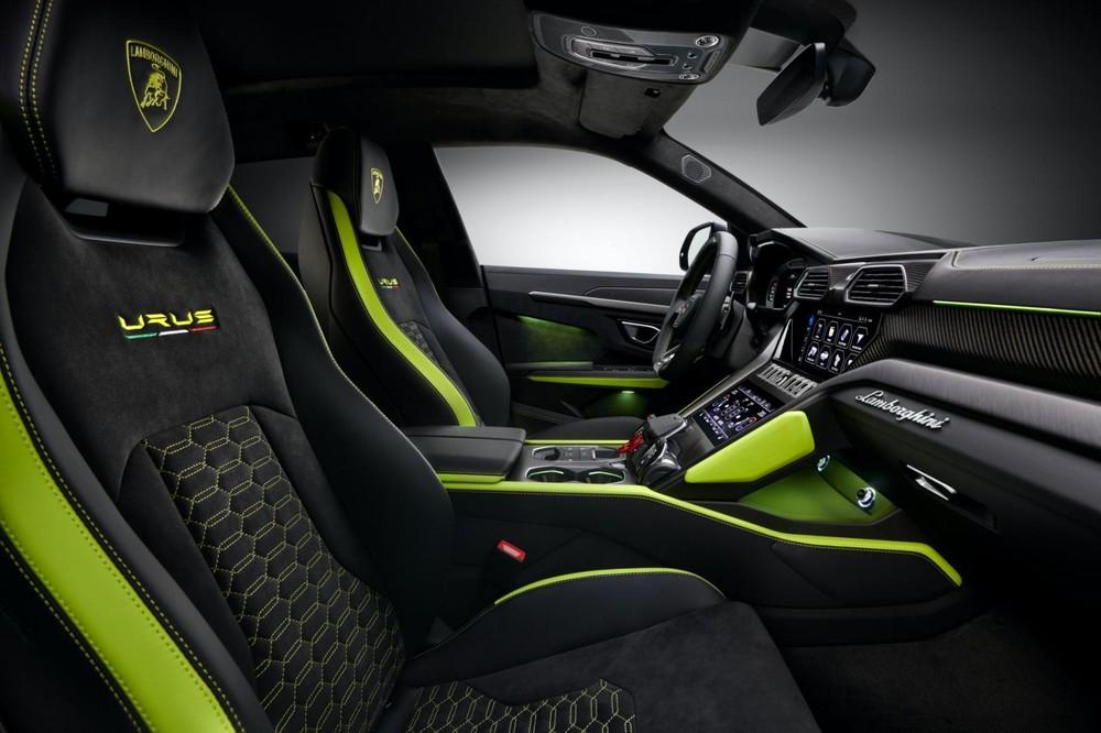 Nội thất Lamborghini Urus Graphite Capsule sẽ được bọc da Alcantara màu đen với các chi tiết và chỉ khâu tương phản màu nổi bật ở 2 bên ghế, thành cửa, bảng táp lô... và còn có logo Lamborghini cũng như dòng chữ Urus trên ghế ngồi.