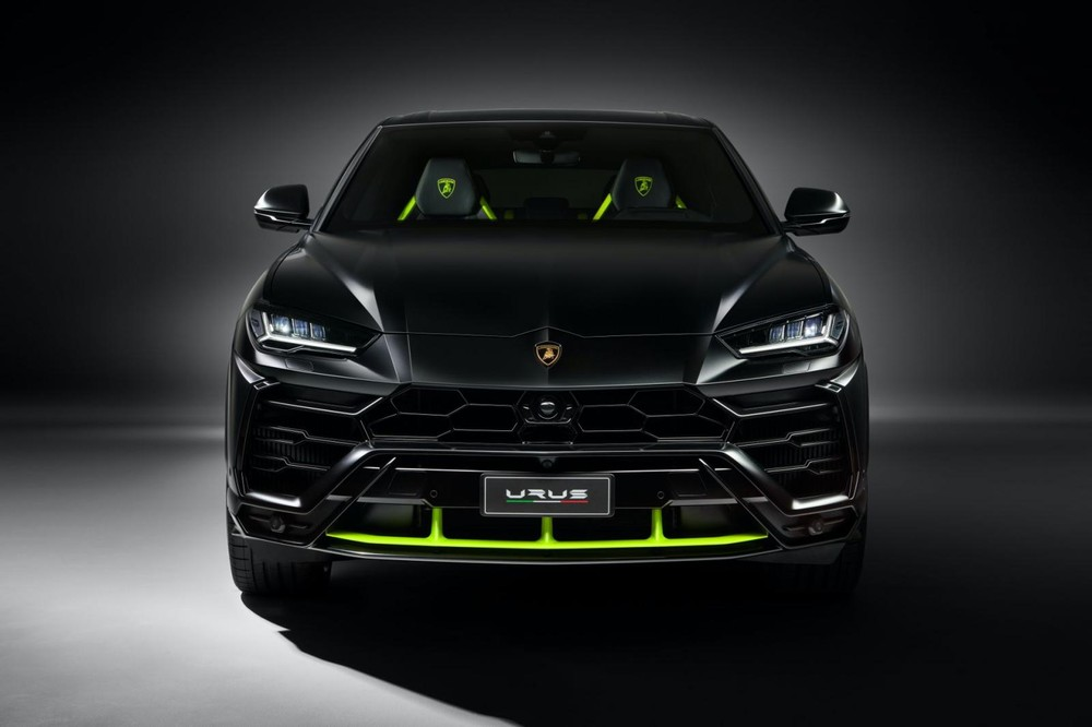 Chiếc siêu SUV Urus đang là con gà đẻ trứng vàng cho hãng Lamborghini, vì thế, việc hãng siêu xe Ý chú trọng đến mẫu xe này thực chất là chuyện cần phải làm. Mới đây, hãng siêu xe Lamborghini đã tung ra gói màu sơn Graphite Capsule dành cho Urus.