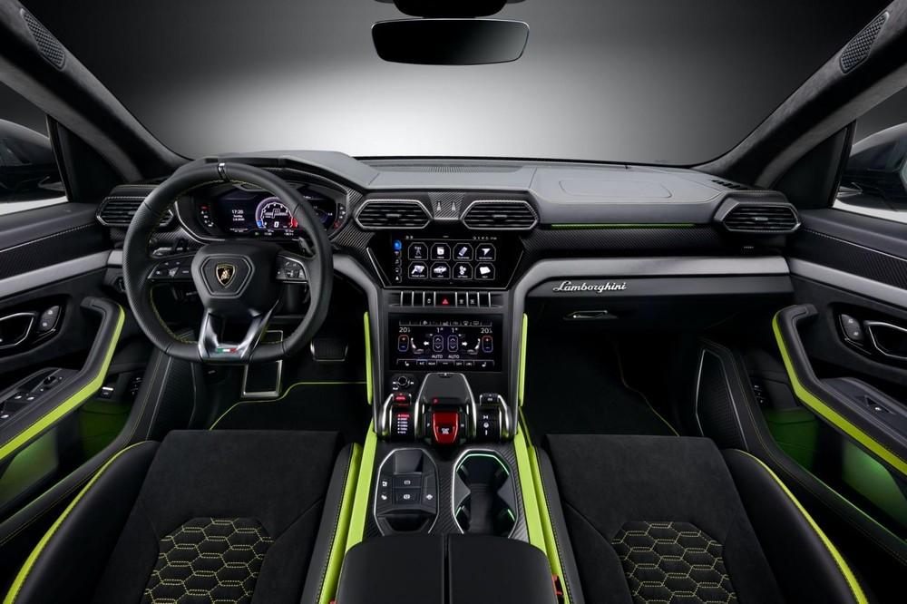 Ở bên trong khoang nội thất của Lamborghini Urus Graphite Capsule sẽ có được bộ ghế bọc vật liệu Alcantara có tích hợp chức năng sấy được cung cấp độc quyền dành cho phiên bản này cũng như Lamborghini Urus với màu sơn ngọc trai Pearl Capsule ra mắt cách đây không lâu.