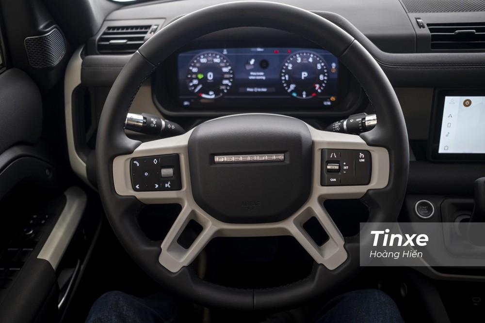 Vô-lăng của Land Rover Defender 2020 cũng được thiết kế cơ bắp  và mạnh mẽ với hệ thống đèn hiển thị LED chìm bên dưới và chỉ sáng khi nổ máy xe.