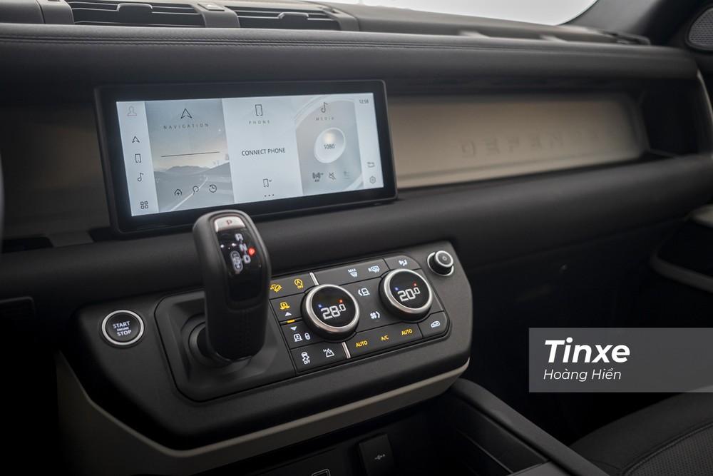 Trên Land Rover Defender 2020, khách hàng sẽ được trang bị màn hình giải trí trung tâm kích thước 10 inch, điều hoà tự động 2 vùng có khả năng lọc ion và lọc bui, cần số bọc da