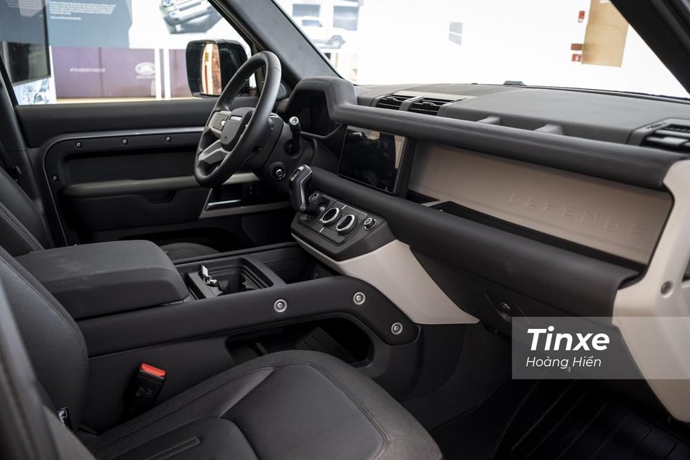 Nội thất bên trong Land Rover Defender 2020 cũng là một sự thay đổi lớn khi nhà sản xuất đã đưa thêm nhiều tiện nghi cũng như thay đổi thiết kế khiến không gian bên trong xe sang trọng, lịch sự hơn.