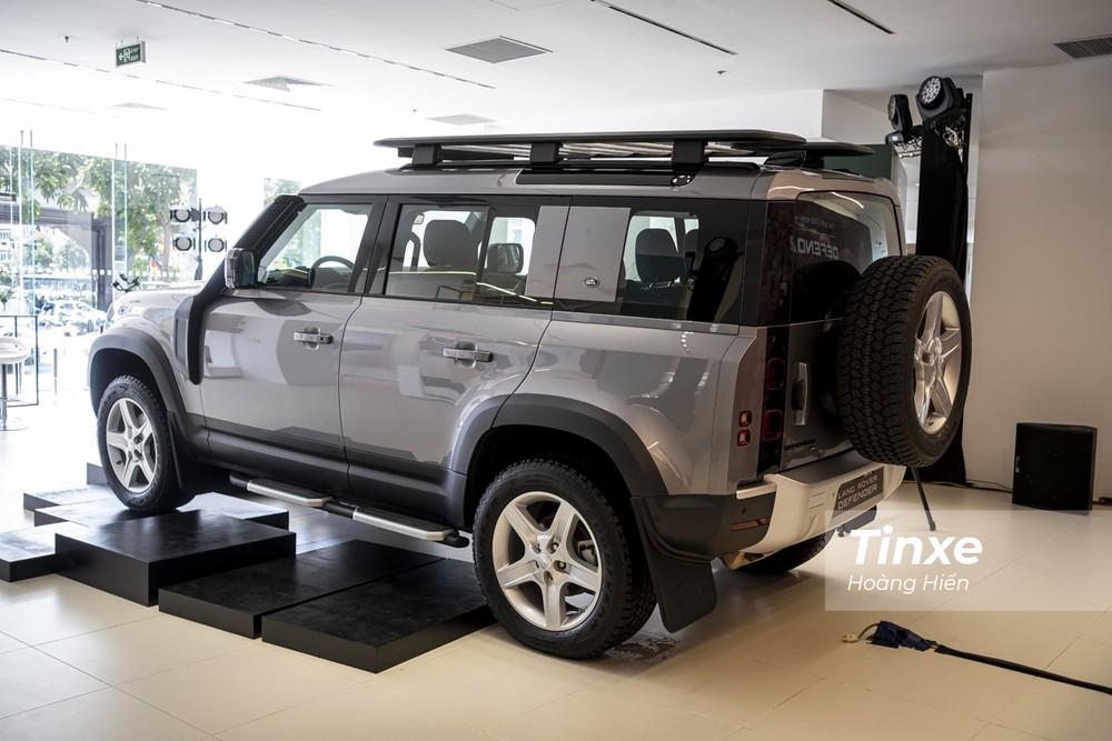 Nhìn từ phía sau, Land Rover Defender 2020 vẫn có những đường nét vuông vắn đặc trưng của mình với cột D dựng thẳng, giá nóc và lốp dự phòng treo phía sau.
