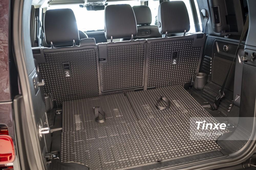 Hàng ghế thứ 3 có thể gập xuống tạo thành không gian để hành lý rộng rãi. Với chất liệu nhựa cứng tạo vân, phần sàn sau của xe khi gập ghế khá chắc chắn và dễ vệ sinh sau mỗi chuyến đi.