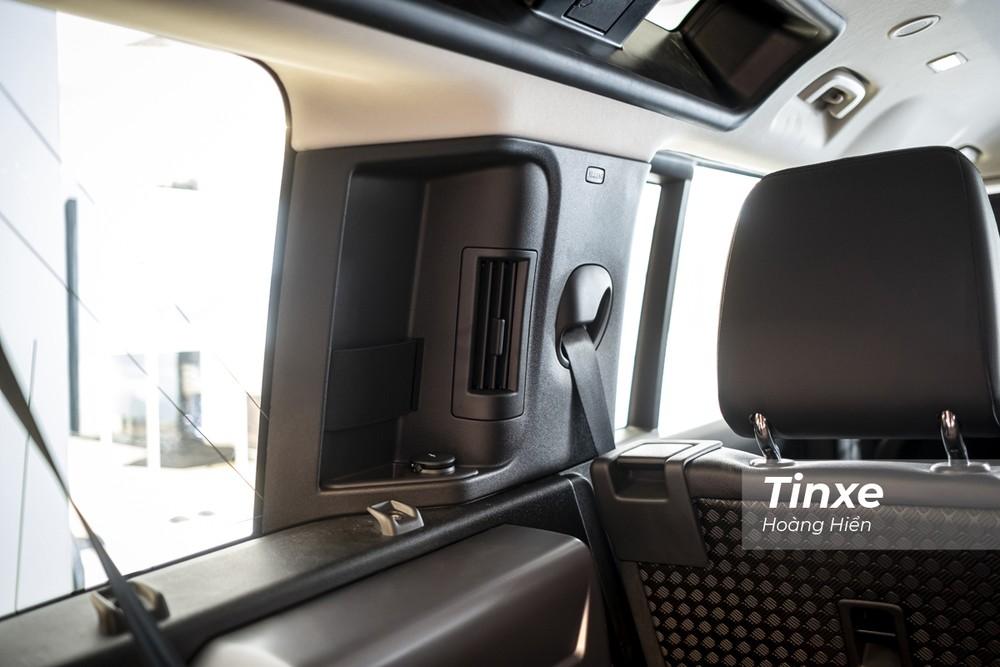 Ở hàng ghế thứ 3, Land Rover Defender 2020 cũng được trang bị cửa gió điều hoà.