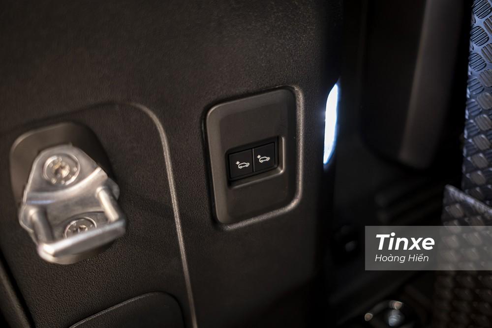 Và nút nâng hạ gầm chủ động ở phía sau để thuận tiện cho người sử dụng.