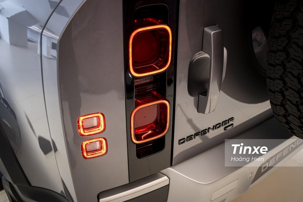 Cụm đèn hậu full-LED cũng là một điểm nhận diện ấn tượng của Land Rover Defender 2020.