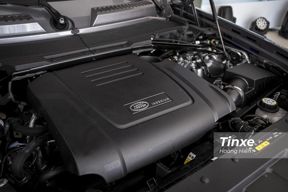 Cung cấp sức mạnh cho Land Rover Defender 2020 là khối động cơ Ignenium với hai tuỳ chọn bao gồm động cơ 6 xi-lanh thẳng hàng với một hệ thống hybrid hỗ trợ cho công suất cực đại 400PS và mô men xoắn cực đại 550Nm và một động cơ xăng 2 lít tăng áp công suất 300PS và mô-men xoắn cực đại 400 Nm.