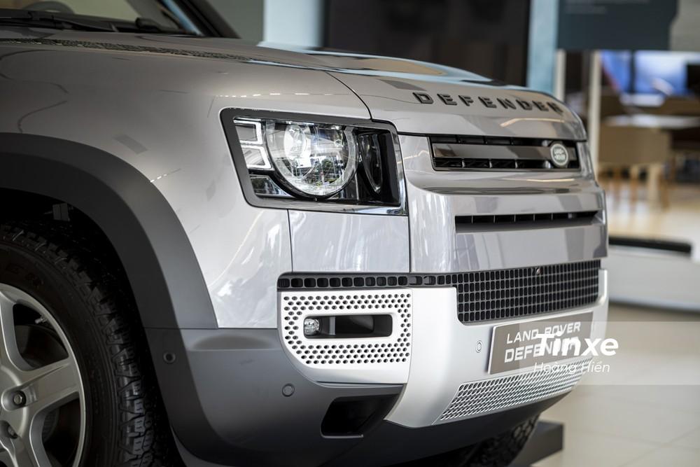 Phần đầu xe nổi bật với hệ thống đèn chiếu sáng full-LED có khả năng tuỳ chỉnh góc chiếu chủ động. Điều này sẽ mang lại sự an toàn, tiện nghi và hiện đại cho Land Rover Defender 2020 khi vận hành khi trời tối.