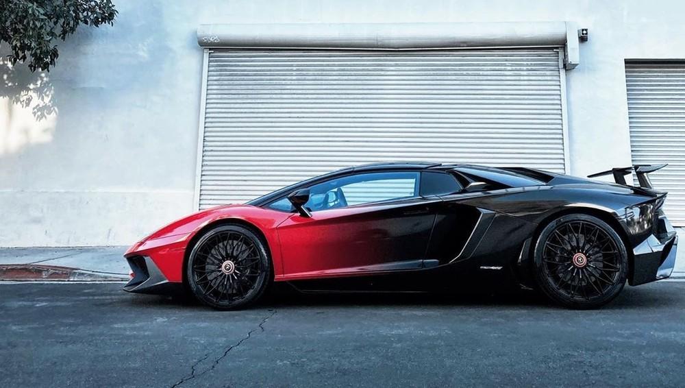 Cận cảnh bộ áo đỏ và đen trên Lamborghini Aventador LP750-4 SV Roadster của Chris Brown