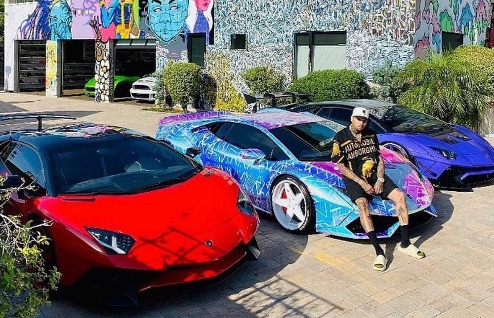 Chris Brown cùng 3 chiếc Lamborghini. Ngoài cùng bên phải và trái lần lượt là Lamborghini Aventador LP750-4 SV Coupe và Lamborghini Aventador LP750-4 SV Roadster, chính giữa là Lamborghini Huracan
