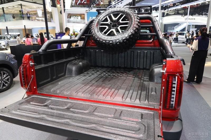Thùng xe có đầy đủ giá đỡ, một bánh xe dự phòng và mang kích thướcdài 1.810 mm, rộng 1.590 mm, cao 470 mm