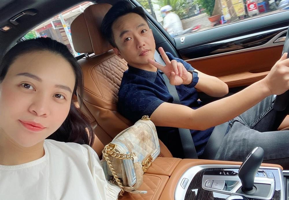 Cường Đô-la cùng vợ trong khoang lái BMW 740Li Pure Excellence 2020