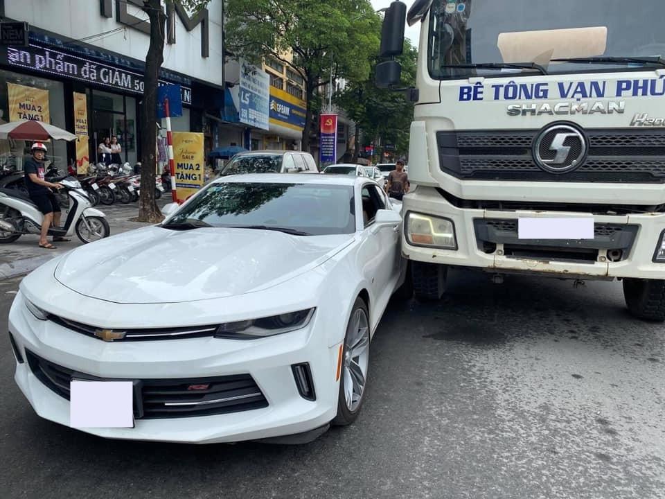 Vụ va chạm giao thông này khiến người đi đường chú ý khá nhiều, chiếc Chevrolet Camaro RS có thể bị móp hoặc xước bên hông xe sau va chạm với xe bồn trộn bê tông