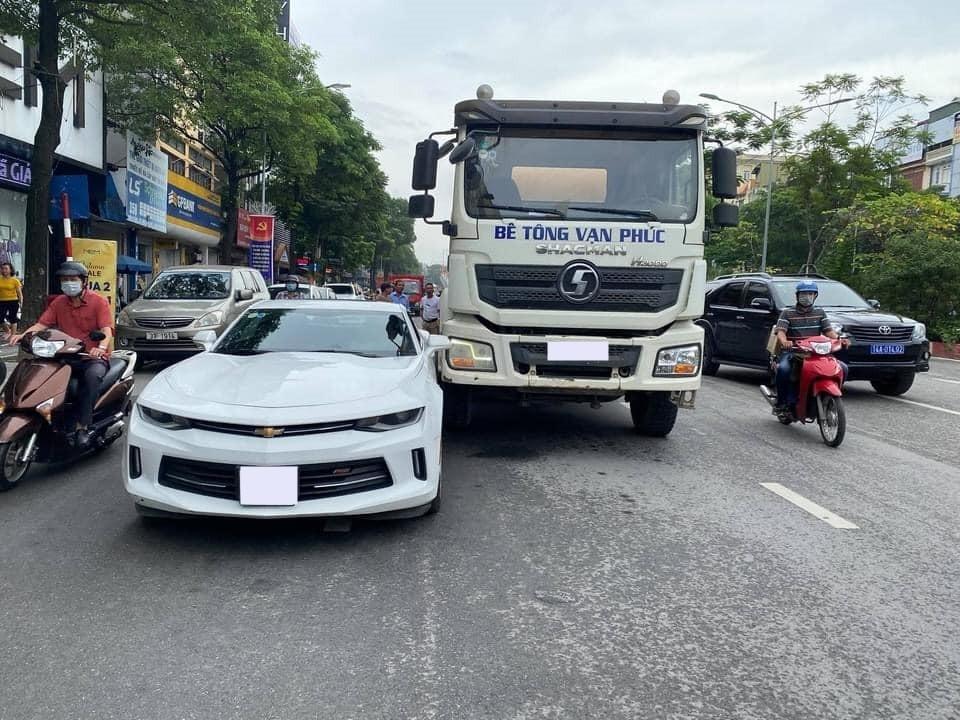 Xe bồn trộn bê tông va chạm với xe thể thao Chevrolet Camaro