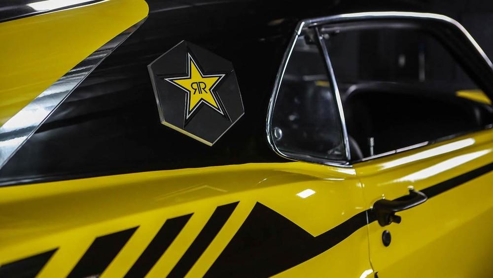 Trên xe có không ít huy hiệu Rockstar