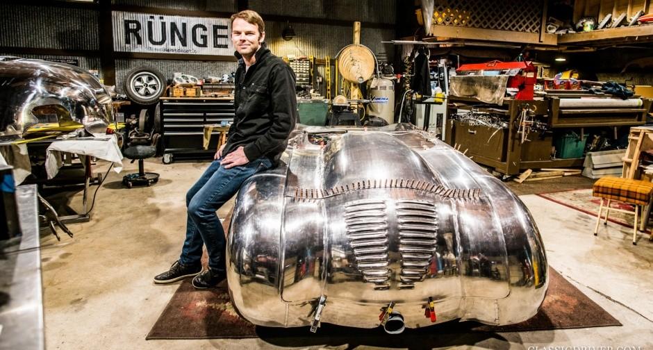 Anh Rünge ngồi bên trong xưởng chế tạo xe của mình