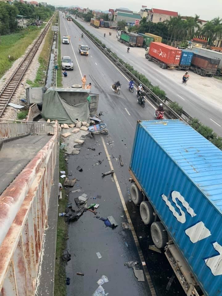 Chiếc ô tô tải cũng bị biến dạng sau vụ tai nạn
