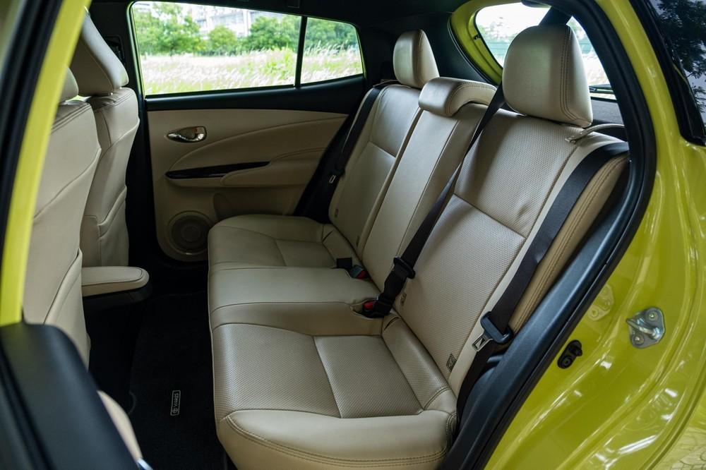Hàng ghế sau bên trong xe Toyota Yaris 2020.