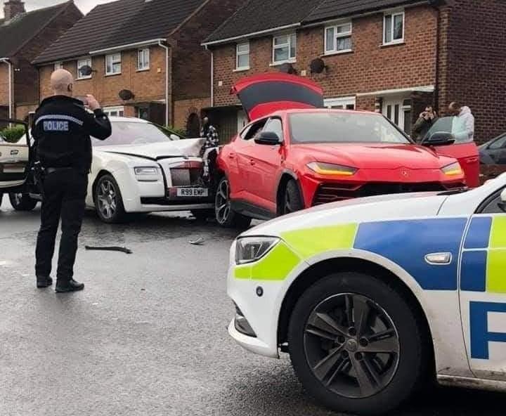 Cảnh sát đang truy tìm người lái chiếc xe siêu sang Rolls-Royce Ghost đã bỏ trốn sau tai nạn