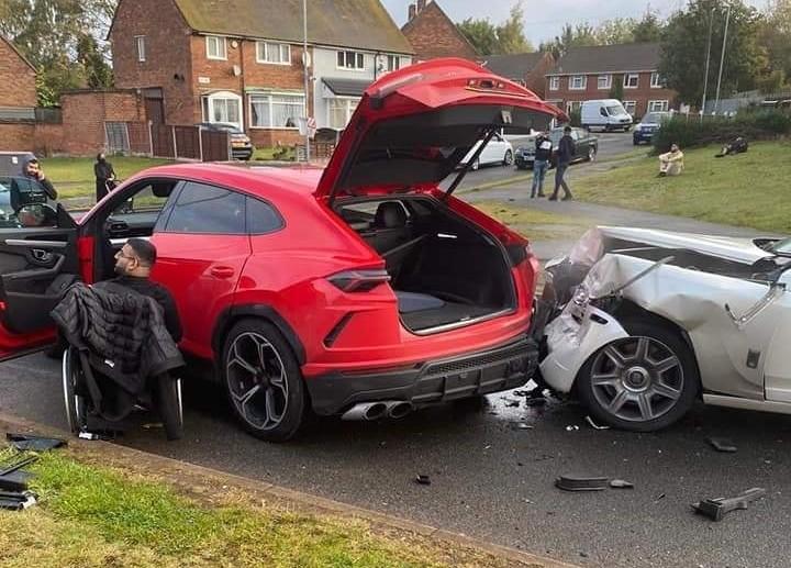 Chiếc xe siêu sang hư hỏng khá nặng phần đầu xe sau khi tông vào Lamborghini Urus