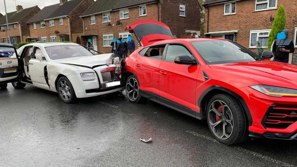 Có thể thấy, 2 cánh cửa phía bên phải của chiếc xe siêu sang Rolls-Royce Ghost hư hỏng nặng