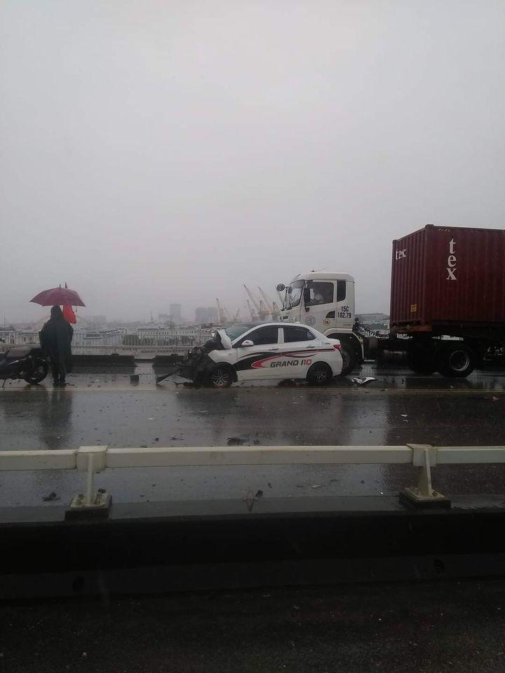 Hiện trường vụ tai nạn trên cầu Bính