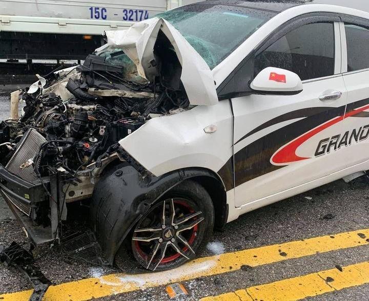Chiếc ô tô Hyundai Grand i10 bị hư hỏng nặng đầu xe sau tai nạn