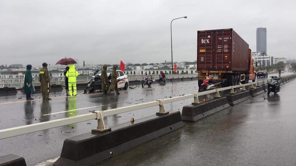 Hiện trường vụ xe Hyundai Grand i10 xảy ra va chạm giao thông với xe container tại cầu Bính, Hải Phòng