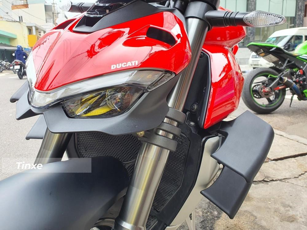 Cận cảnh đèn pha LED của Ducati Streetfighter V4 mới về Nha Trang