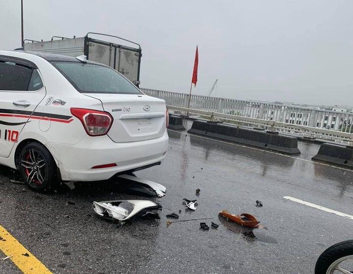 Chiếc xe Hyundai Grand i10 hư hỏng khá nghiêm trọng phần đầu xe