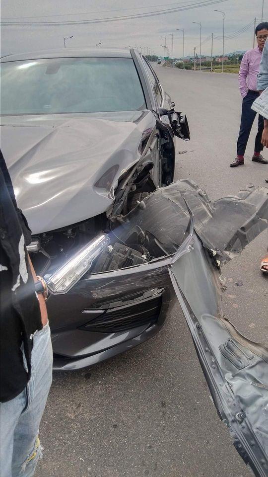 Chiếc ô tô VinFast Lux A2.0 bị biến dạng sườn xe bên trái