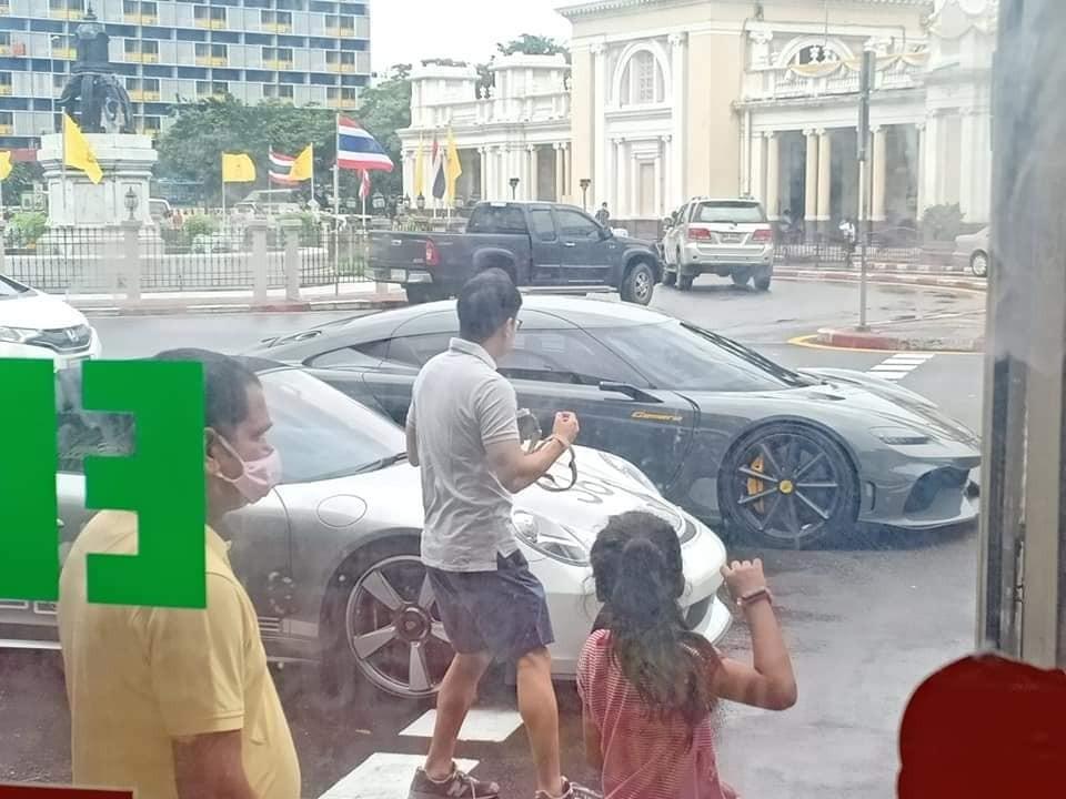 Người dân khá quan tâm đến sự có mặt của Koenigsegg Jesko Absolut và Koenigsegg Gemera trên đường phố Thái Lan